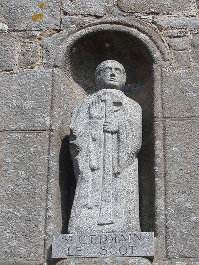 Saint-Germain le Scot Statue surplombant le portail Eglise Saint-Germain de Flamanville ERNOUF Annie.JPG