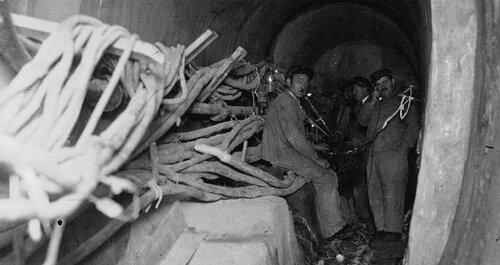 Assainir l'agglomération parisienne, 1928 Les employés des P.T.T. posant des câbles de téléphone dans les égouts