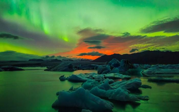 Il Réussit La Photographie De L'année En Immortalisant...  Une Éruption Volcanique Accompagnée D'aurores Boréales...