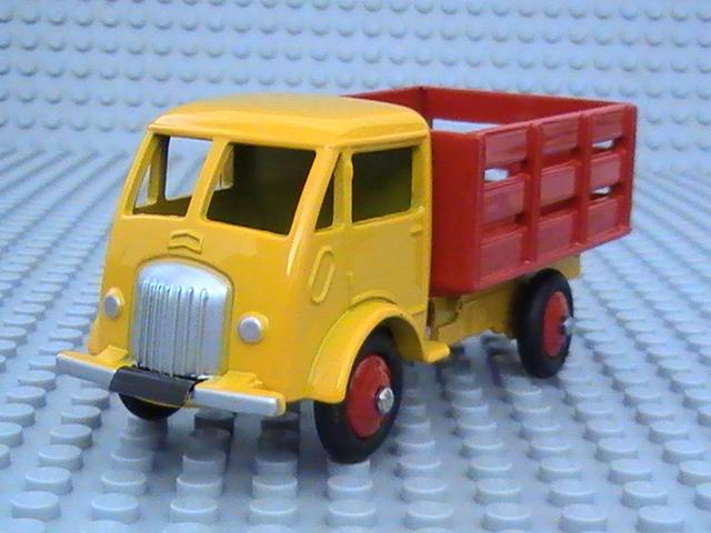 Mes miniatures au 1/43° - Tome 67.  Camions Dinky Toys - Réédition Atlas.