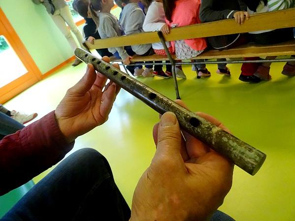 """A l'initiative de l'association """"Châtillon-Scènes, François Tainturier, Directeur du Laostic, est venu présenter des instruments anciens aux élèves des écoles Louis Cailletet et Francis Ca"""