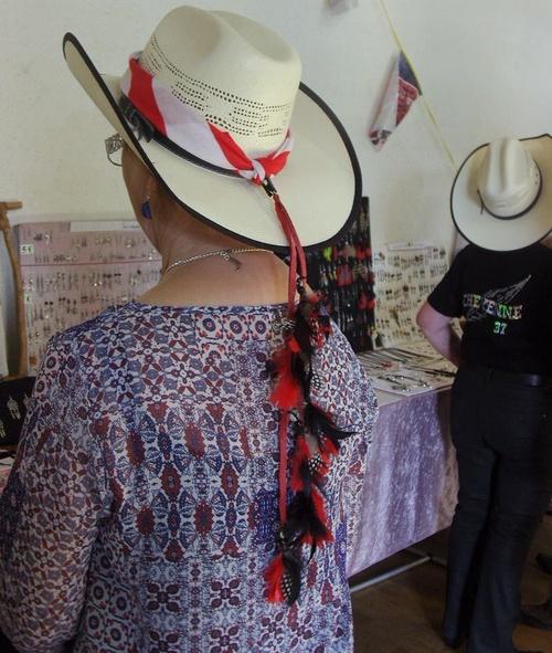 Queue de chapeau country dans les tons rouges et noires