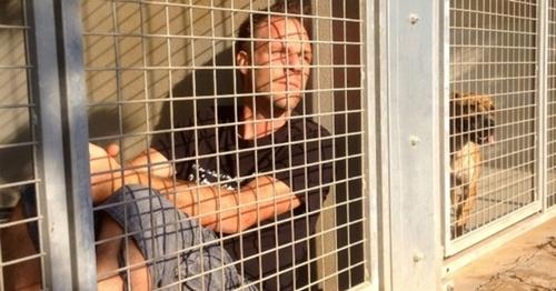 Rémi Gaillard dans une cage de la SPA