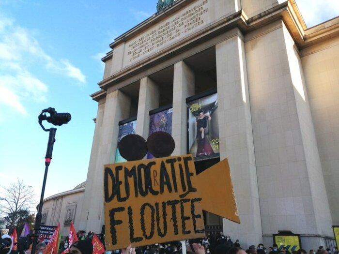 A Paris, des milliers de manifestants pour contrer la «dérive liberticide» du pouvoir