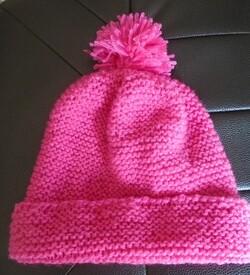 Le bonnet rose à pompons de Sabine