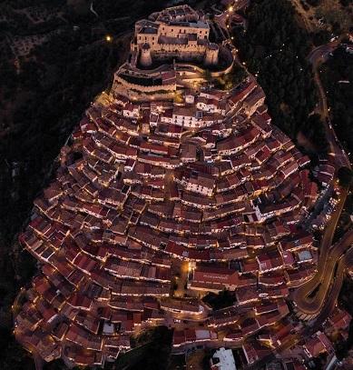 Un village italien sacrément perché : Rocca Imperiale ...