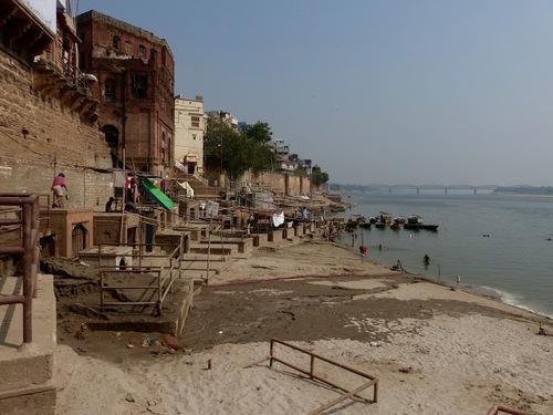 palais et hôtels modernes se cottoyent au bord du Gange