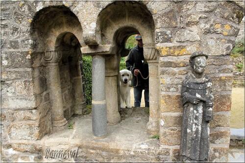 Abbaye de Daoulas Finistère entrée de la salle capitulaire ouvertures géminées, statues de Saint Pierre et d'un moine