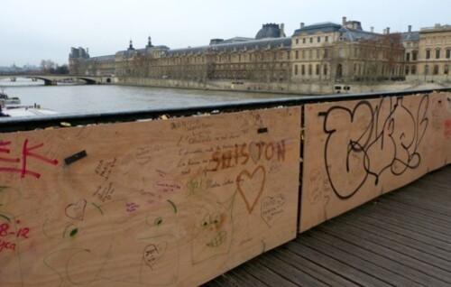 cadenas Pont des Arts contre-plaqué plexiglas graffitti
