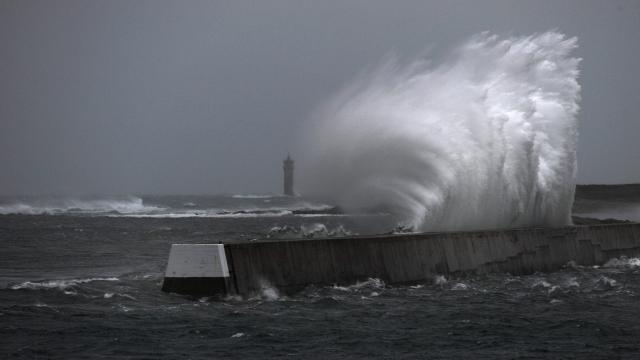 Avec la tempête Hermann, de fortes rafales de vents sont annoncées cette nuit dans le Finistère. Comme-ci près de l'île de Sein.
