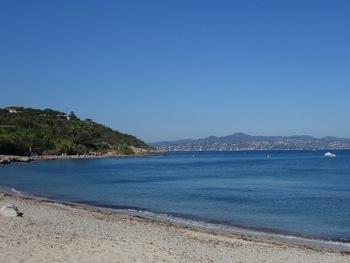 La plage de la Moutte. Au fond, Sainte-Maxime