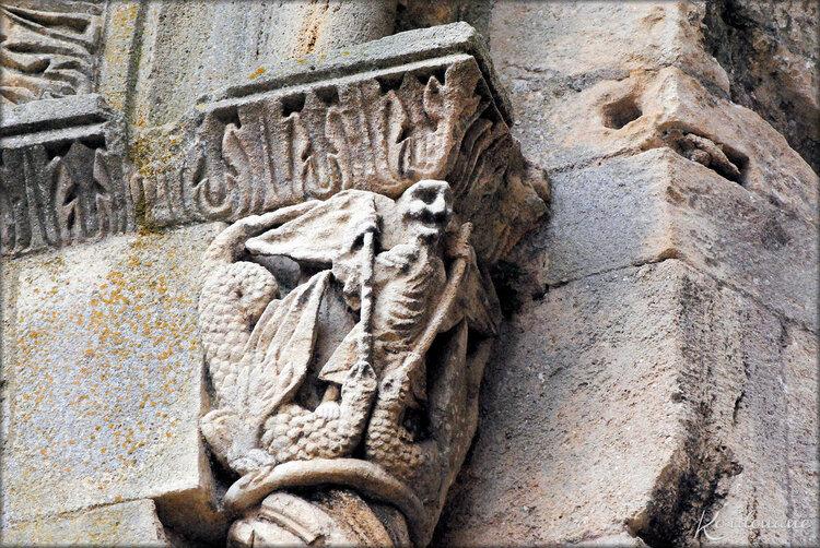 Chapiteau de Saint-Michel terrassant deux dragons