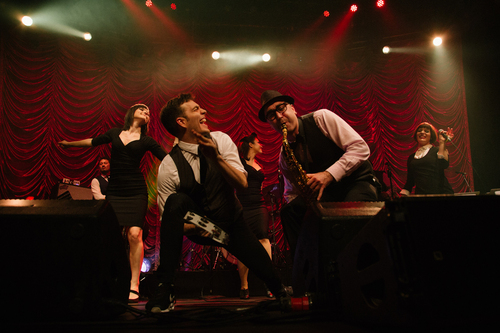 Scott Bradlee's Postmodern Jukebox aligne les tubes sur The Essentials