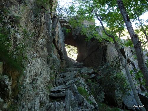 Passage naturel sous roche