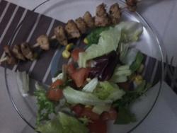 salade et brochette d'escalope