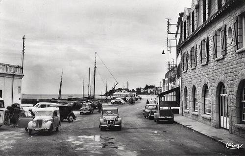 Années 30 à 70 - A  la mer, l'auto dans les cartes postales