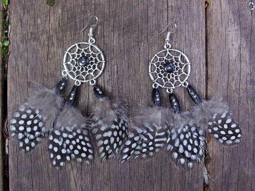 Boucles d'oreilles capteur de rêve avec leurs plumes de pintades et leurs perles noires