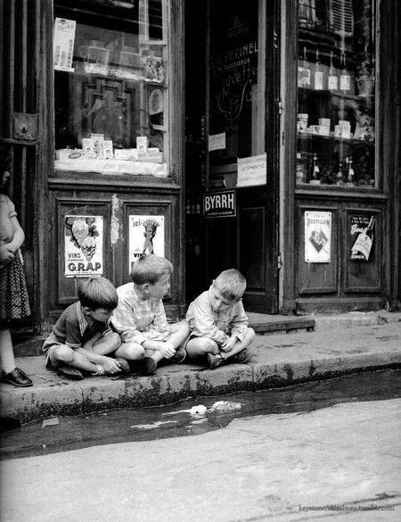 Photo ancienne et de autrefois, photographie de époque en noir et blanc  Enfants garçons a paris avant les ordinate… | Noir et blanc, Photo en noir,  Photos anciennes