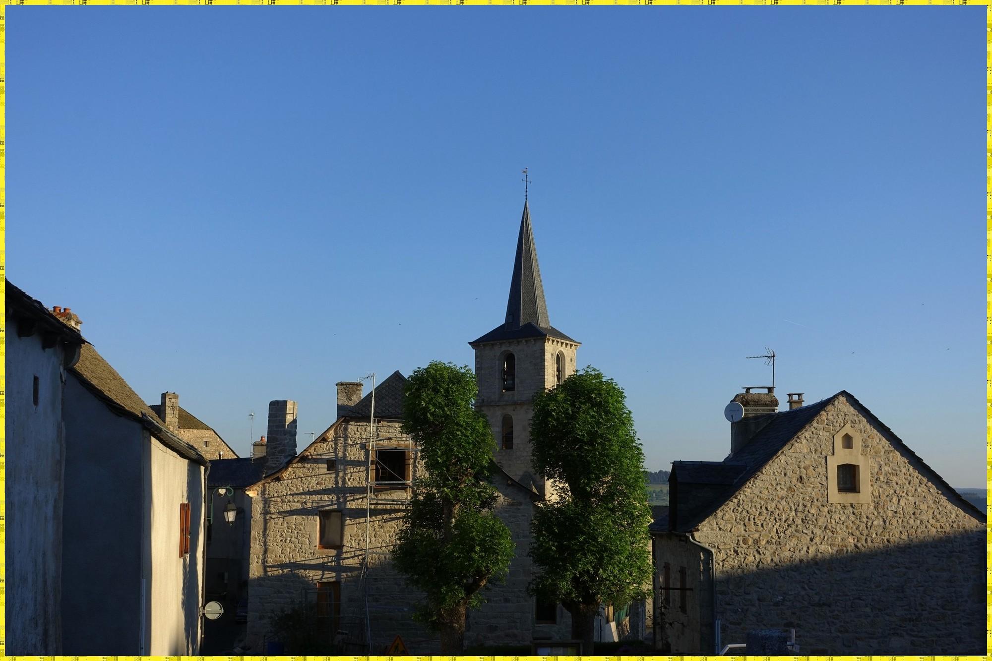 L'église d'Aumont-Aubrac peu après le lever du jour