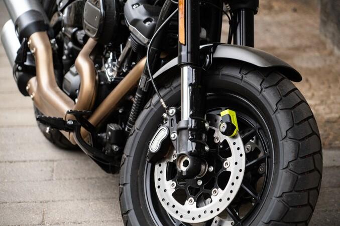 A Toulouse, dans la nuit du dimanche 5 janvier 2020, le propriétaire de la moto a pu suivre son voleur grâce au mouchard GPS intégré et livrer son emplacement exact, à la police.