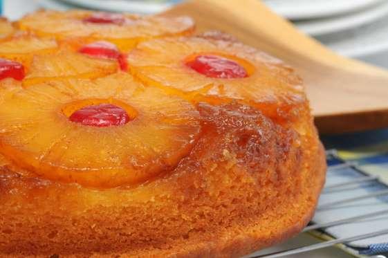 Le gâteau à l'ananas est certainement le gâteau préféré des mercredis après-midi pour le goûter. Pour le caramel : faites cuire 24 carrés de sucre avec un peu d'eau, puis tapissez votre moule à manqué avec celui-ci. Ajoutez les tranches d'ananas égouttées et une pâte à quatre-quarts composée de 175g de beurre mou mélangé à 175g de sucre, auxquels vous ajoutez 4 oeufs, 175g de farine et 1 sachet de levure chimique. Faites cuire 45 minutes à 180°C, démoulez chaud.