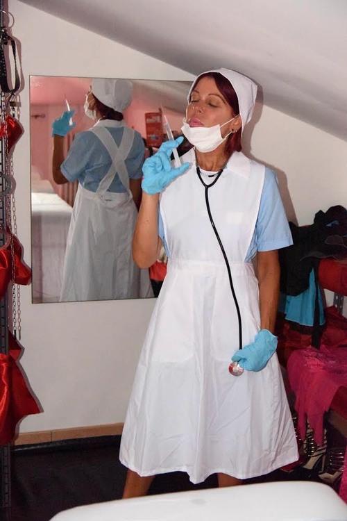 Infirmière en tenue vintage