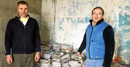 Régis Le Baron (à gauche) et Patrick Chanony ont déjà commencé à stocker des vieux journaux.