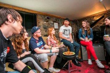 The Edge partage ses secrets avec nos rock stars en herbe