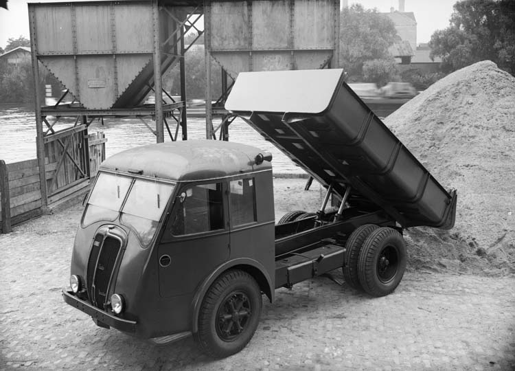 Camion benne à vérin Renault type AGP 65 cv 3 tonnes - 1938 © Renault communication / PHOTOGRAPHE INCONNU (PHOTOGRAPHER UNKNOWN) DROITS RESERVES