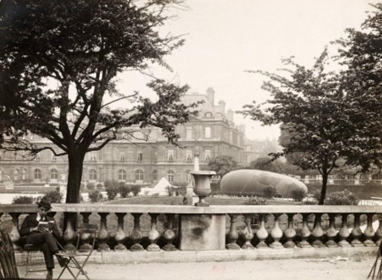 Ballon captif dit saucisse au jardin du Luxembourg en mai 1918 (photographie de Charles Lansiaux [1855-1939]. Ville de Paris/BHVP/Roger-Viollet)