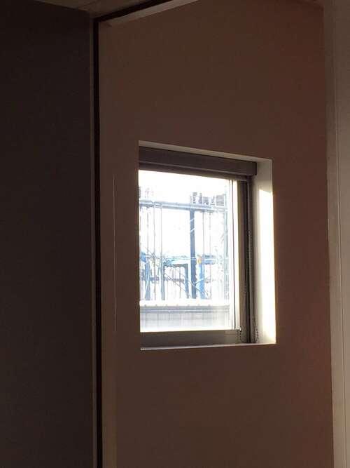 par la fenêtre