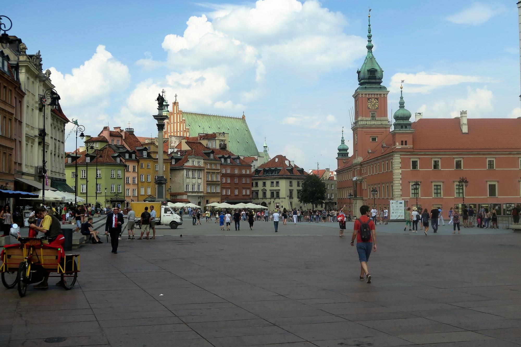 Place Zamkowy devant le Château Royale /Zamek Królewski. A gauche la colonne du roi Sigismond III marque le début de la Voie Royale