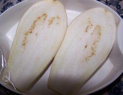 Aubergine blanche coupée en deux