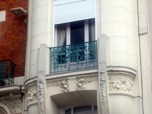 Du haut de ces façades, l'Art Déco nous contemple...