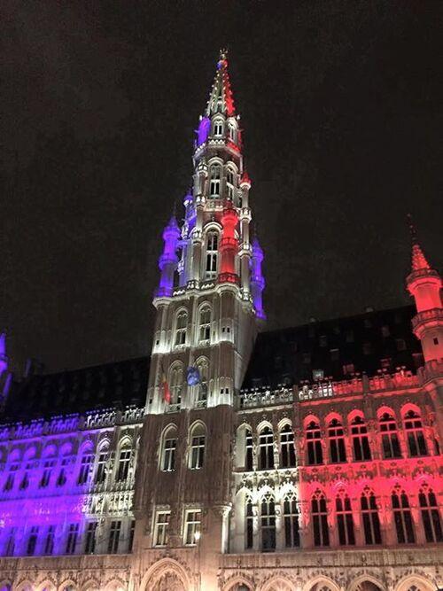 18h : La Grand-Place de Bruxelles aux couleurs de la France mutilée