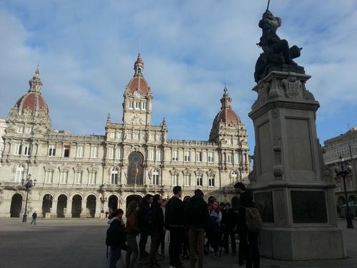 Mercredi 17/01  Devant la Mairie, au pied de la statue de Maria Pita , héroïne de la cité.