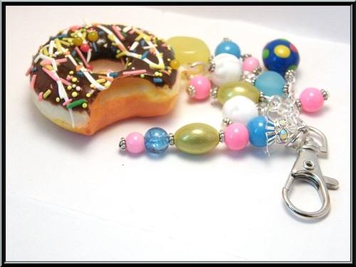 Bijoux de sac donuts au chocolat.