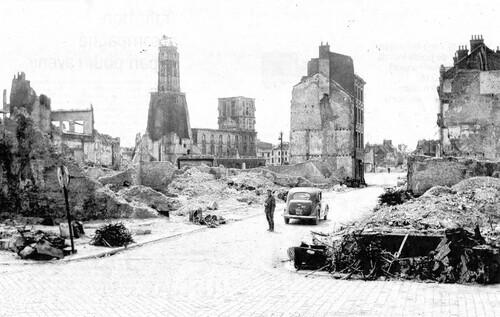 Des photos souvenirs face aux ruines de Calais-Nord