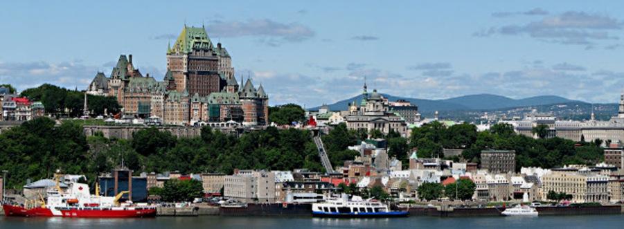la plus ancienne ville du Canada, la ville de Québec est la capitale de la province de langue française du Québec. Perché au-dessus de la rive nord du fleuve Saint-Laurent, à environ 150 miles à l'est de Montréal, Québec a célébré son 400e anniversaire en 2008. La Haute-Ville, sur une palissade, est liée à la Basse-Ville via un funiculaire et 11 ensembles abruptes de escaliers. L'ensemble de la vieille ville est éminemment accessible à pied, avec de nombreux petits parcs, des places et des espaces ouverts, bien que les rues sont étroites, sinueuses et souvent assez raide. Ville de Québec a la particularité d'être la seule ville fortifiée de l'hémisphère occidental au nord du Mexique, et la zone délimitée par les murs est sauvagement atmosphérique. Quelques trois miles des murs d'origine sont encore debout.
