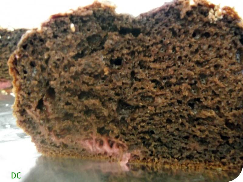 Gâteau au chocolat et aux fraises, avec un dessus noix de coco