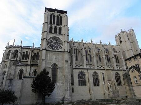 Photographie couleur de la façade nord de la cathédrale, donnant sur le jardin archéologique.