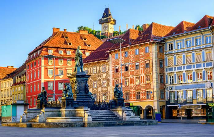 Admirez les façades colorées des bâtiments de la vieille ville, à Graz