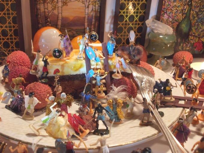 Les mini-gens d'Orchide sont tellement pressés d'en finir avec cette année à la con qu'ils attaquent déjà leur gâteau de réveillon.