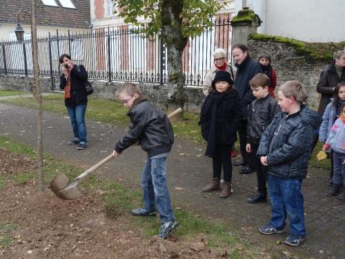 """""""Artistes en herbe, à vos outils !"""" un concours lancé par l'Association Châtillon-Scènes..."""