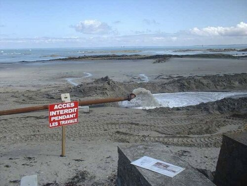 Rejet de boues de dragage sur la plage