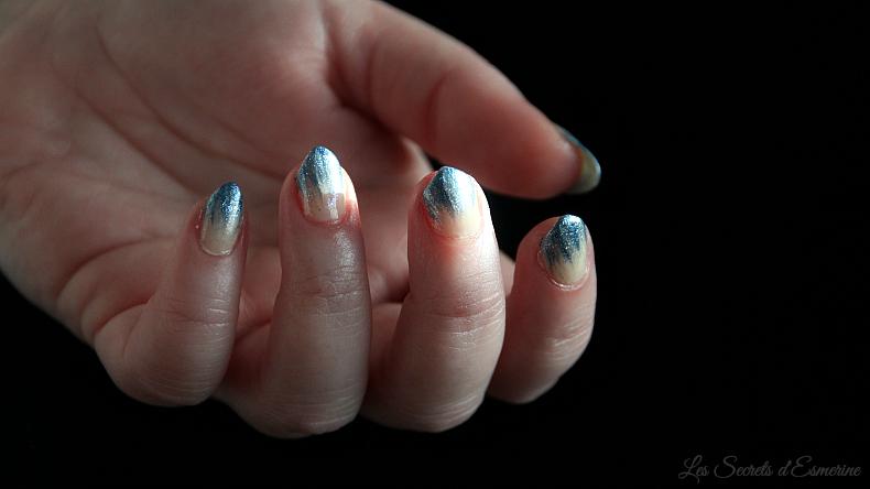 Nail art de Fêtes en bleu givré & nude 3