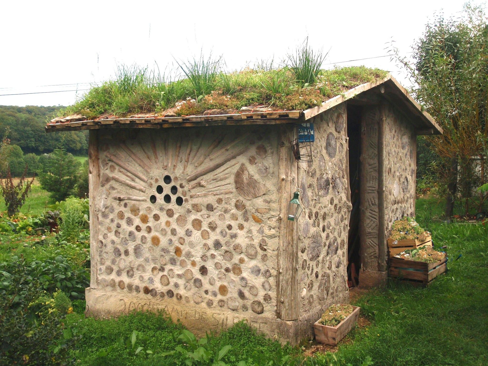 cabane et toit jardiné, au bio-lopin (Jura)
