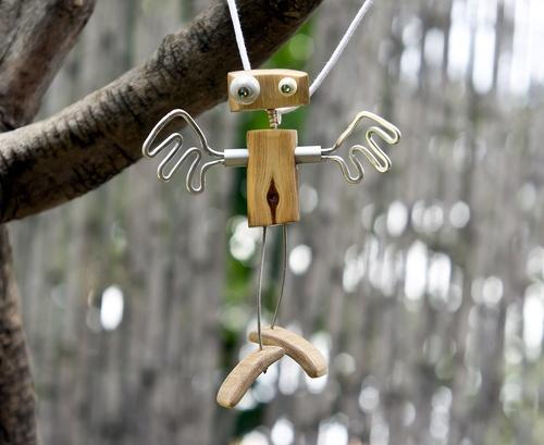 pendentif en olivier, bambou et fil d'aluminium
