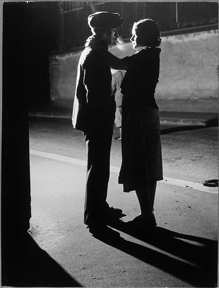 brassai-couple--1932-amoureux-ruecroulebarbe-quartier-itali.jpg
