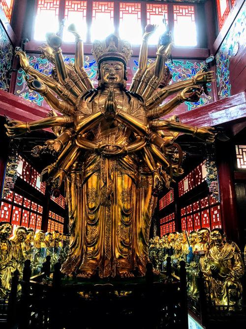 la visite du temple continue, de belles statues couvertes d'or;